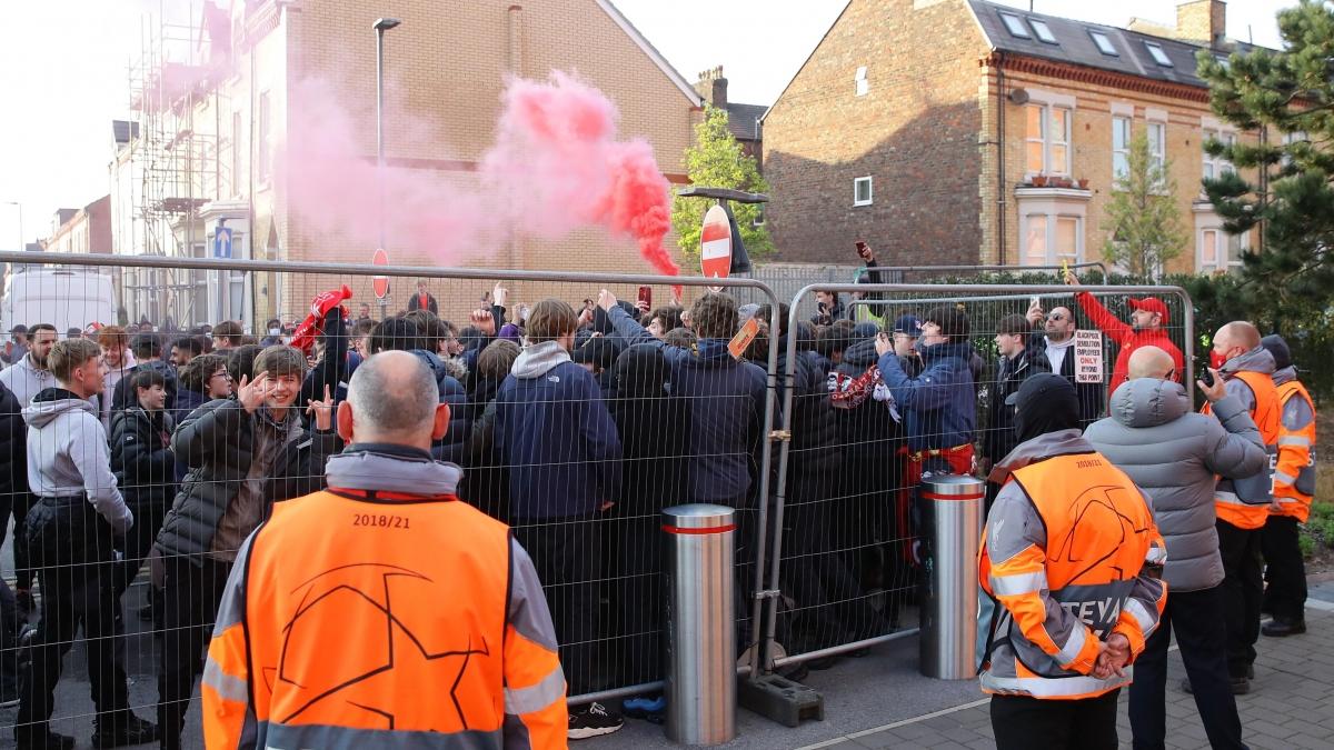 Đám đông CĐV Liverpool tập trung trước sân Anfield để chờ đón đội nhà và thị uy với đội khách.