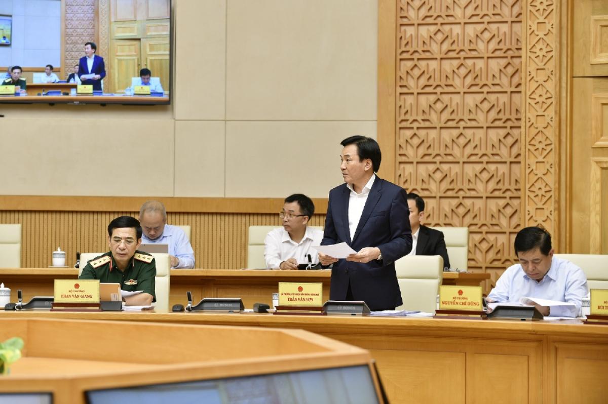 Bộ trưởng Chủ nhiệm VPCP Trần Văn Sơn báo cáo một số nội dung tổng hợp trình Chính phủ. Ảnh: VGP/Nhật Bắc