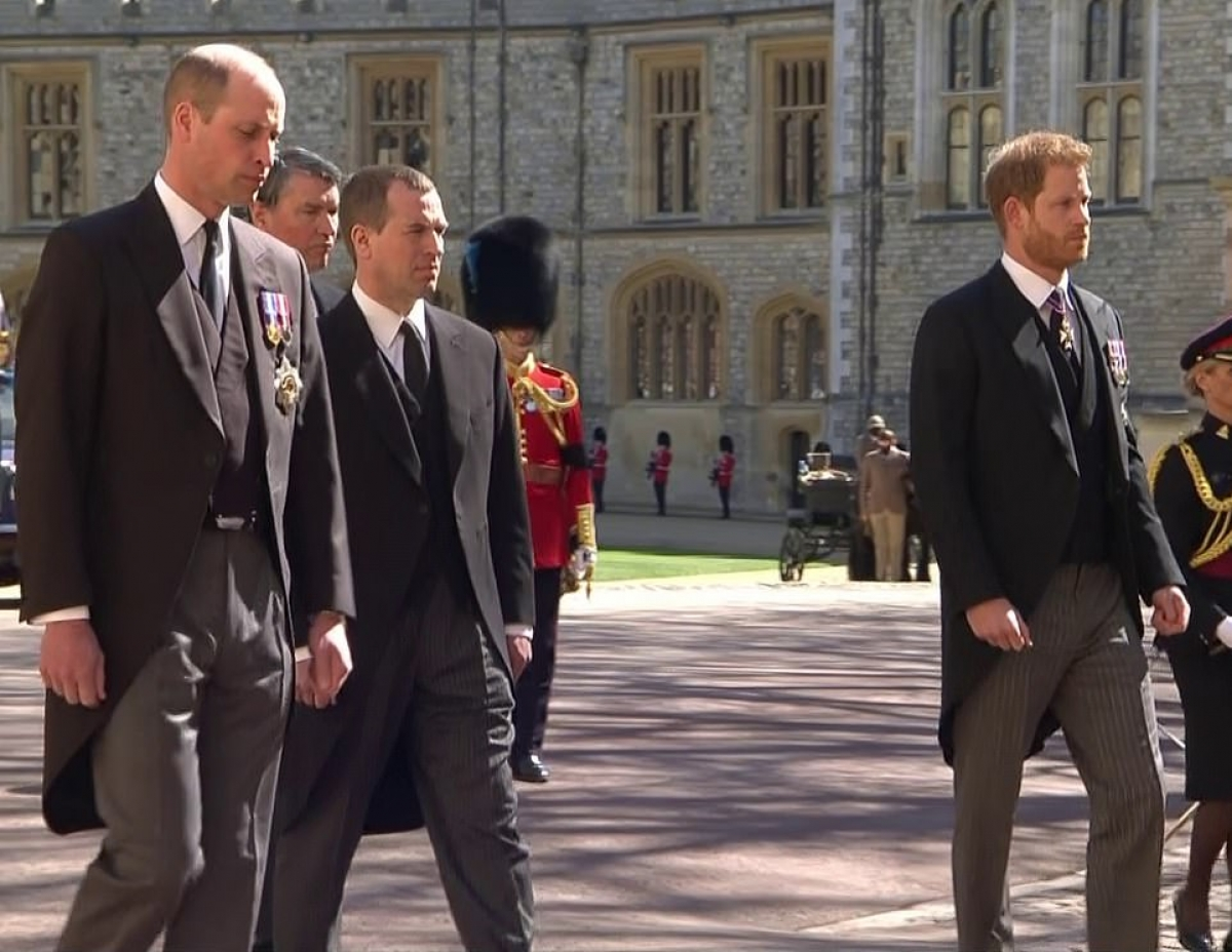 Hoàng tử William và em trai Harry đi cách xa nhau trong lễ tang. Ảnh: Daily Mail.