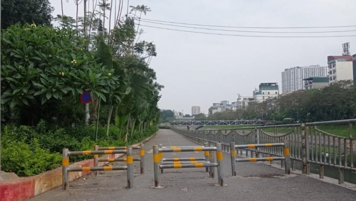 Lối đi bộ trên đường Láng dọc sông Tô Lịch dựng rào chắn phương tiện cơ giới nhưng vô tình ngăn người khuyết tật vận động đến đây