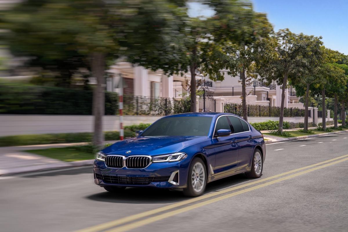 Phiên bản tiêu chuẩn BMW 520i Luxury Line được trang bị đèn pha LED thích ứng thông minh. Trong khi phiên bản BMW 520i M Sport và 530i M Sport được trang bị đèn pha BMW Laserlight, tầm chiếu sáng lên tới 650 m.