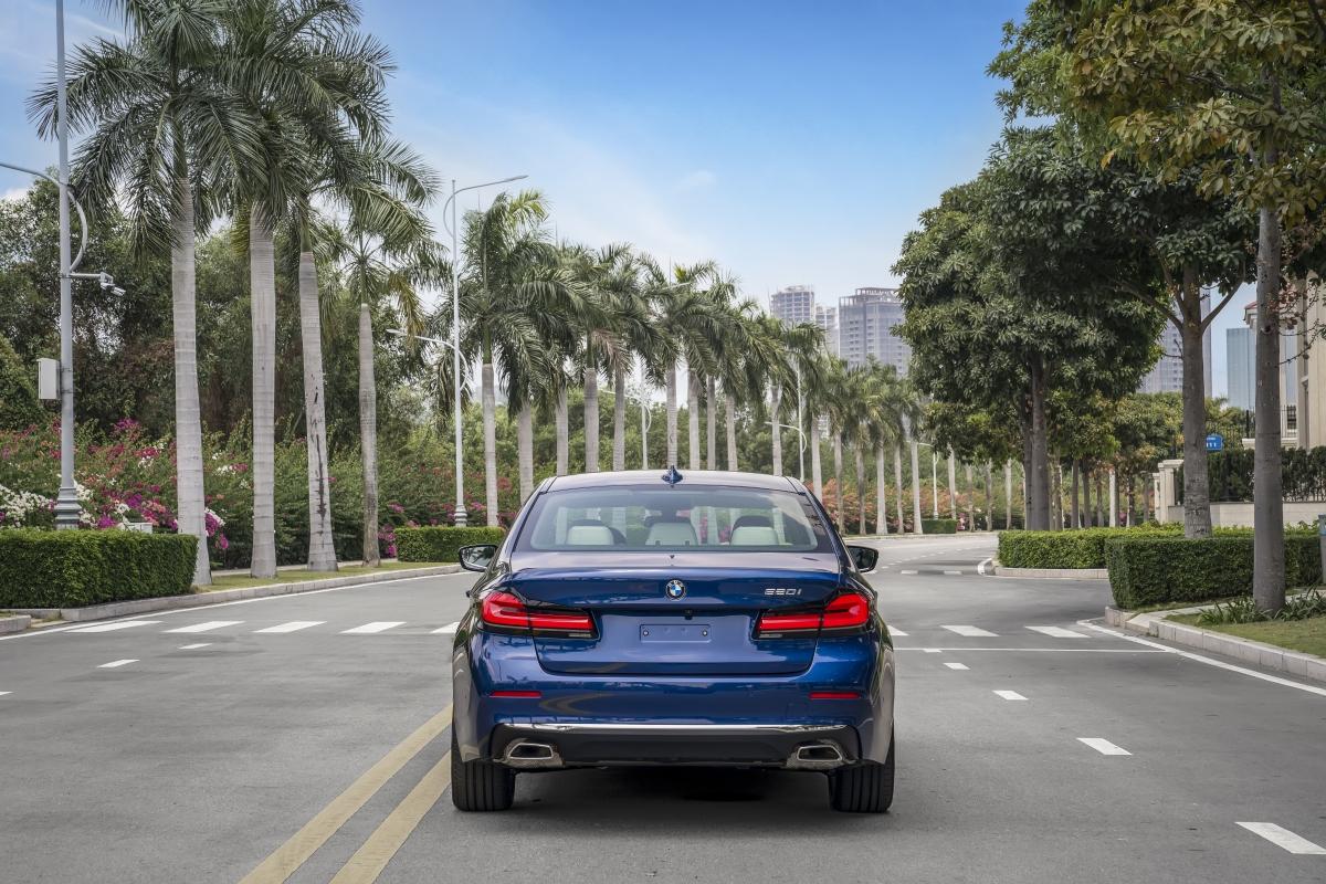BMW 520i Luxury Line được trang bị động cơB48, 4 xy-lanh 2.0L tăng áp kép, có công suất 184 mã lực và mô-men xoắn 290 Nm. Bản này có giá bán từ 2,499 tỷ đồng.