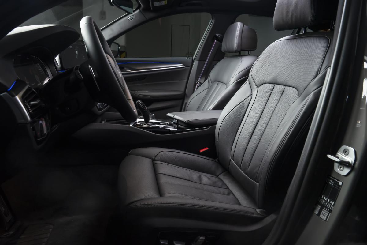 Những tiện nghi khác có trên xe gồm hệ thống điều khiển bằng giọng nói BMW Intelligent Voice Control, màn hình giải trí tương thích Apple CarPlay và Android Auto không dây. Phiên bản 520i M Sport và 530i M Sport còn có tính năng sưởi và làm mát cho ghế lái, hệ thống âm thanh vòm Harman Kardon 16 loa, công suất 600W, âm-li 9 kênh.