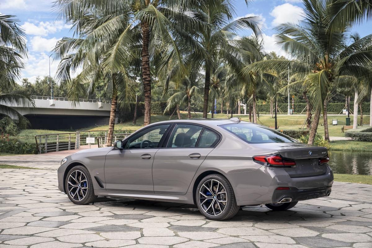 BMW trang bị cho 530i M Sport động cơ B48 tương tự như những phiên bản trên nhưng được tinh chỉnh để cho ra công suất cực đại252 mã lực và mô-men xoắn 350 Nm. Khối động cơ này kết hợp với hộp số tự động Steptronic 8 cấp, hệ dẫn động cầu sau. Phiên bản này được bán ra với giá từ 3,289 tỷ đồng.