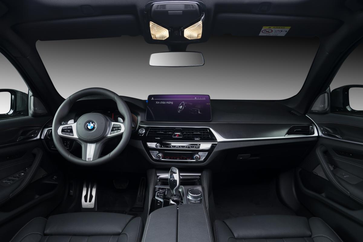 Khoang nội thất của 5-Series LCI còn được thừa hưởng những trang bị cao cấp nhất từ BMW 7 Series và BMW X7 bao gồm đèn viền nội thất mới, hệ thống tạo ion và hương thơm nội thất (Ambient air), ghế bọc da Dakota cao cấp.