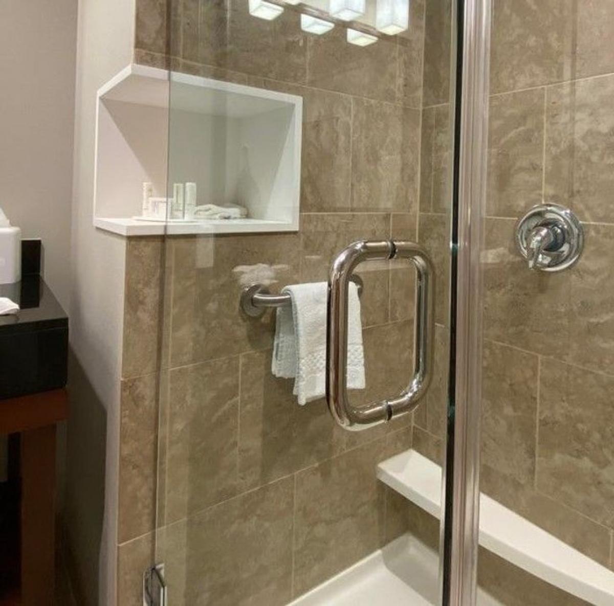 Một khách sạn thiết kế giá để đồ vệ sinh cá nhân ở trong và ngoài cabin tắm, giúp khách du lịch dễ dàng sử dụng.