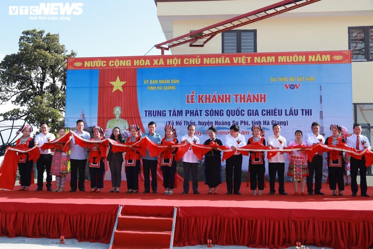 Lãnh đạo các bộ, ngành Trung ương, lãnh đạo VOV và tỉnh Hà Giang cắt băng khánh thành Trung tâm phát sóng.(Ảnh: VTCNews)