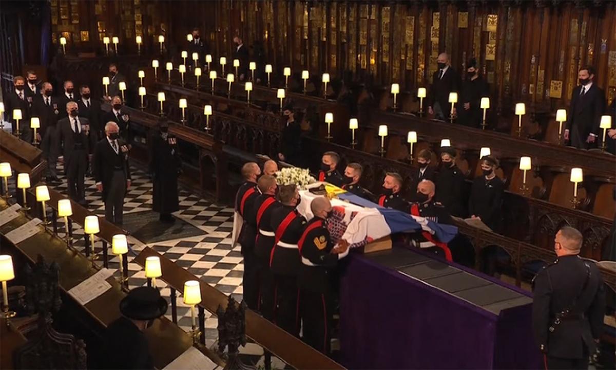 Các binh sỹ đặt linh cữu Hoàng thân Philip lên bục trong nhà nguyện St. George. Ảnh:Telegraph.