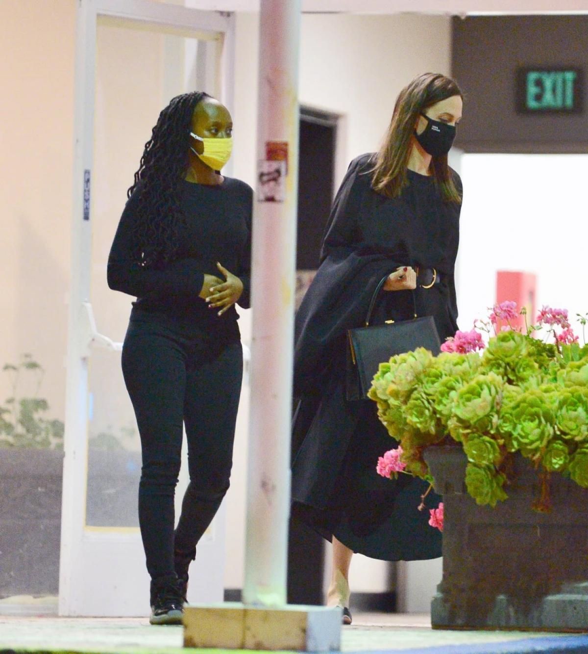 Có thể thấy, dù rộn với công việc nhưng Angelina Jolie luôn cố gắng dành thời gian cho gia đình và các con.