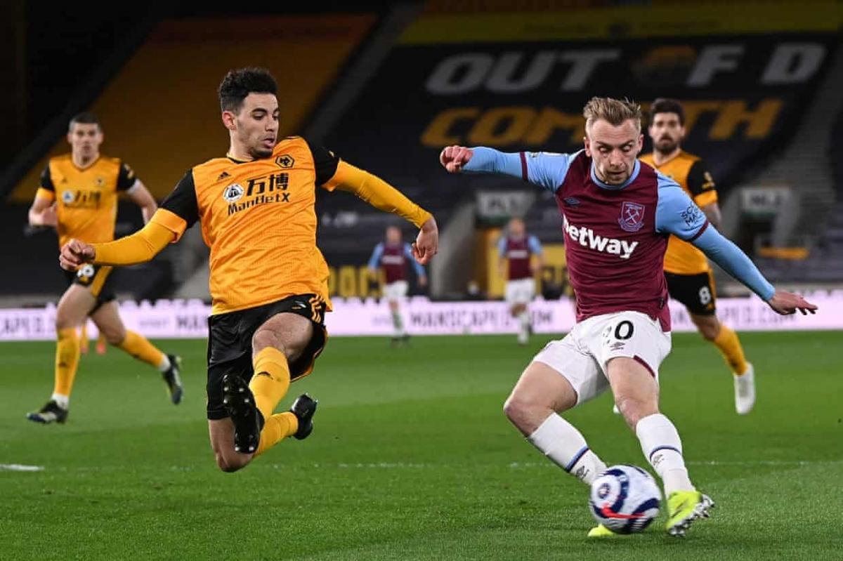 Jarrod Bowen thoải mái thoát xuống dứt điểm nâng tỷ số lên 3-0 sau khi Jesse Lingard tả xung hữu đột giữa vòng vây của 5 cầu thủ Wolves.