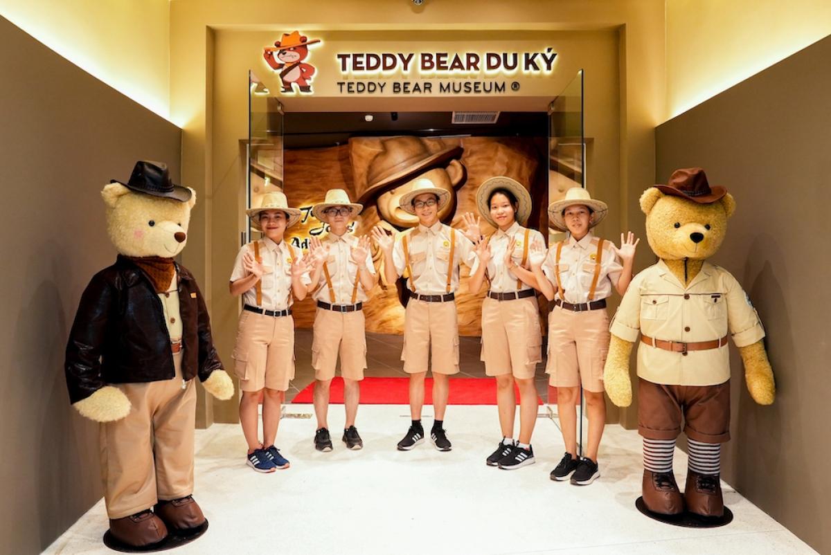 """Kỉ lục Việt Nam thứ hai được công nhận tại Phú Quốc United Center là """"Nhà gấu Teddy Bear Museum đầu tiên tại Việt Nam"""". Với quy mô khủng lên tới hơn 1.500m2, Teddy Bear Museum có 5 phân khu trải nghiệm trưng bày hơn 500 chú gấu Teddy theo chủ đề Teddy Bear du kí hấp dẫn, được lấy cảm hứng từ bộ phim Indiana Jones nổi tiếng."""