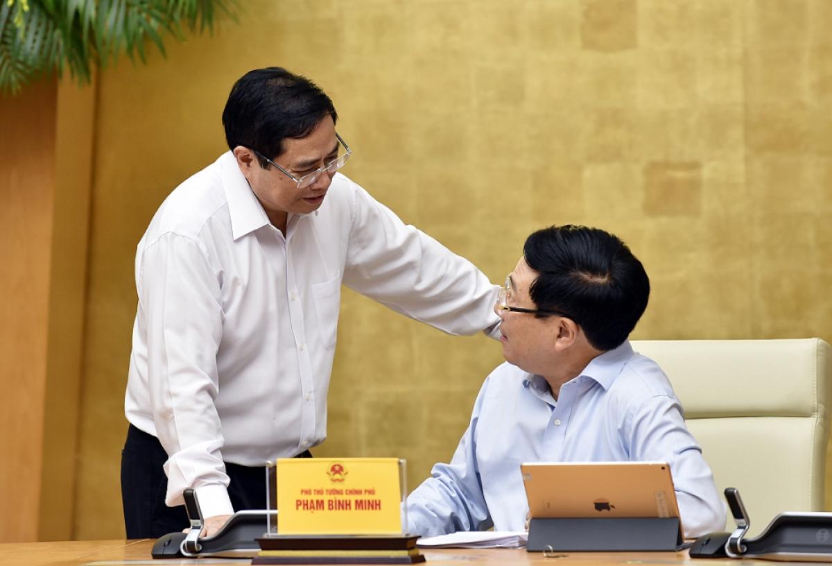 Thủ tướng Phạm Minh Chính trao đổi với Phó Thủ tướng Phạm Bình Minh. Ảnh: VGP/Nhật Bắc