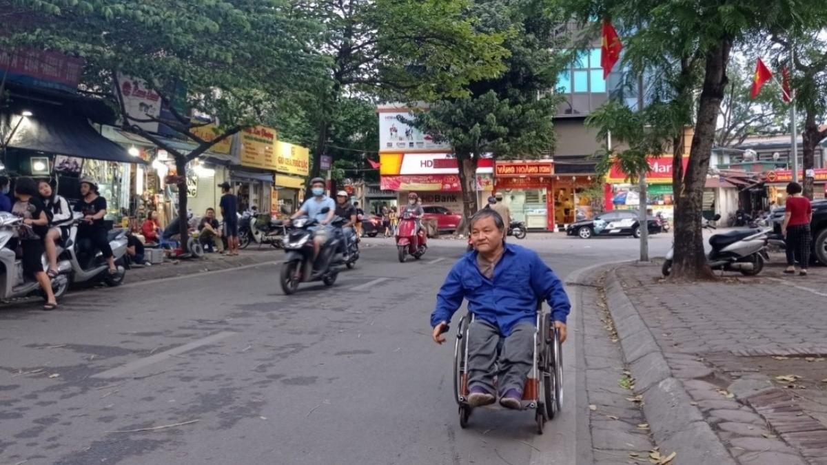 Người đi xe lăn thường phải di chuyển dưới lòng đường