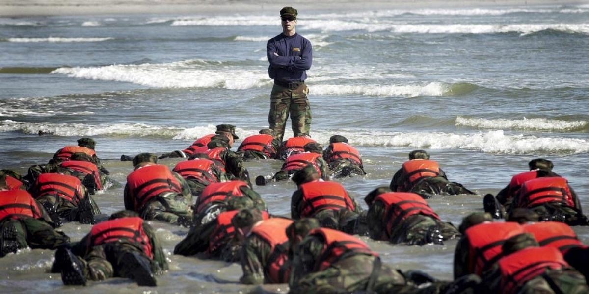 Đặc nhiệm SEAL tham gia một hoạt động huấn luyện tại Coronado, California năm 2003. Ảnh: Getty.