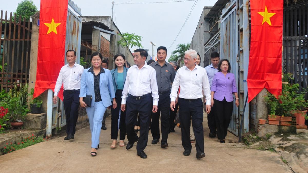 Đoàn Hội đồng bầu cử Quốc gia kiểm tra giám sát công tác chuẩn bị bầu cử tại khu phố 5, phường Tiến Thành, thành phố Đồng Xoài.