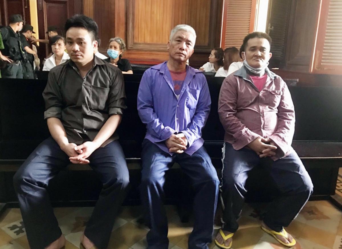 Các bị cáo (từ trái qua) Lâm Thanh Sỹ Phú, La Hạ Long và Nguyễn Văn Thành tại tòa.