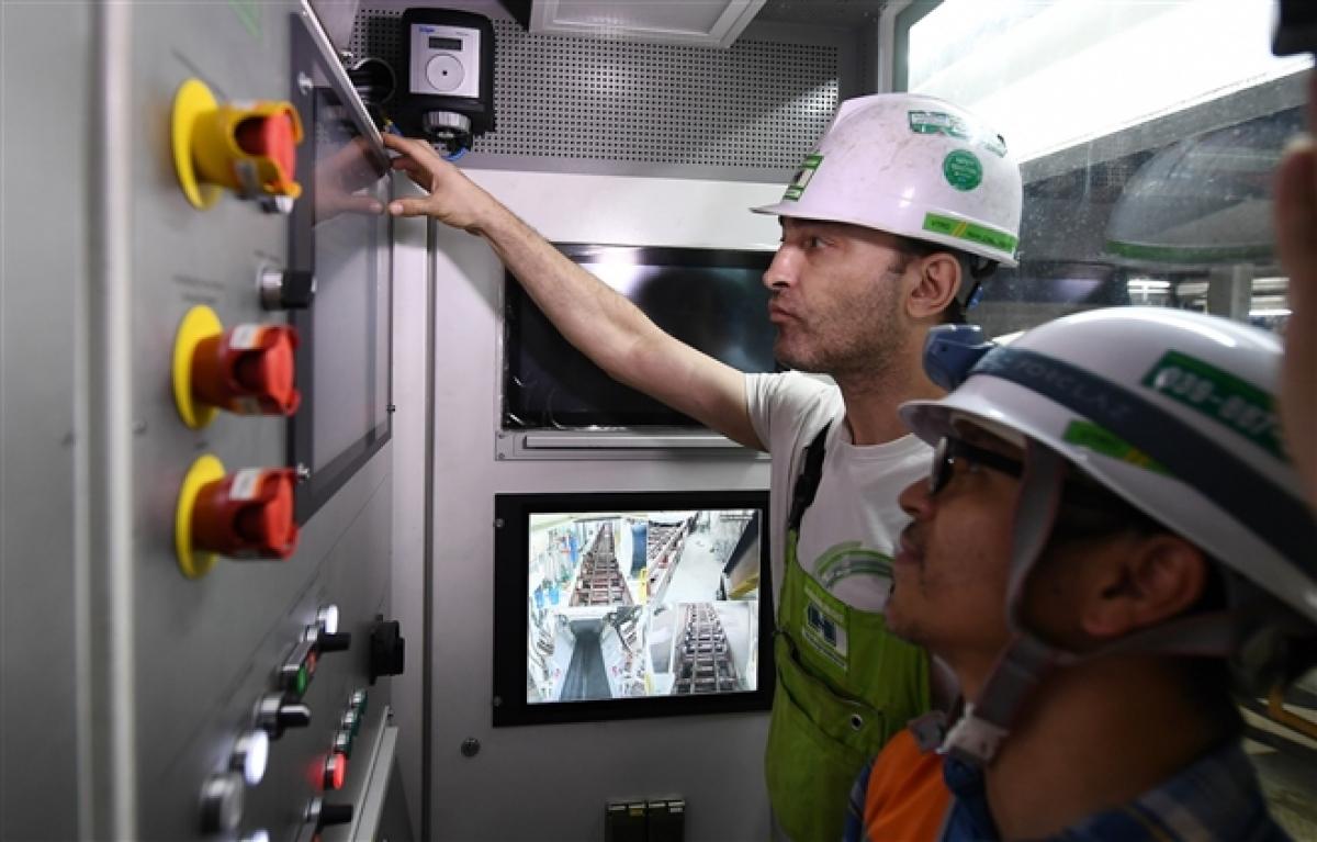 Quá trình được thực hiện trên các thiết bị: khiên đào, buồng điều khiển, buồng nguyên liệu, vít tải, băng chuyền, thiết bị khoan, dẫn động chính, bộ lắp dựng vỏ hầm, hệ thống thủy lực, hệ thống bôi trơn, hệ thống mạch nước, hệ thống khí, hệ thống an toàn, hệ thống điện, hệ thống hỗ trợ khác.
