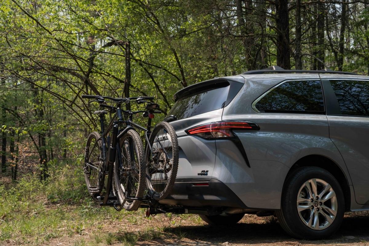 Theo tiêu chuẩn, chiếc Sienna Woodland 2022 cũng được trang bị bộ gói an toàn Toyota Safety Sense thế hệ thứ 2 đì kèm với nhiều hệ thống hỗ trợ lái khác nhau như: Hệ thống tiền va chạm với phát hiện người đi bộ, cảnh báo chệch làn đường với hỗ trợ giữ làn, kiểm soát hành trình thích ứng đủ tốc độ...