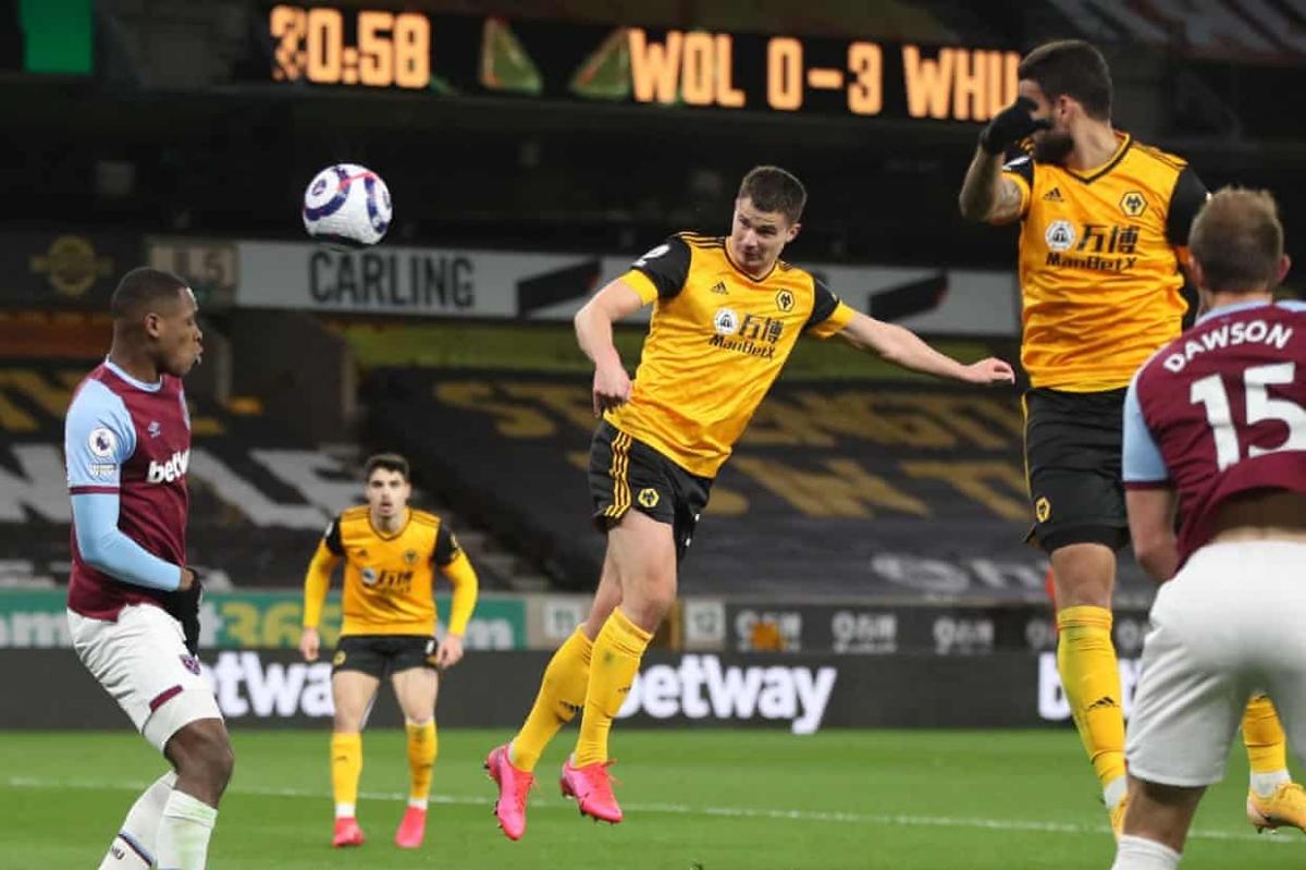 Hy vọng của Wolves được thắp lên ở phút 44 khi Adama Traore tạt cánh để Leander Dendoncker bật cao đánh đầu rút ngắn tỷ số xuống còn 1-3.