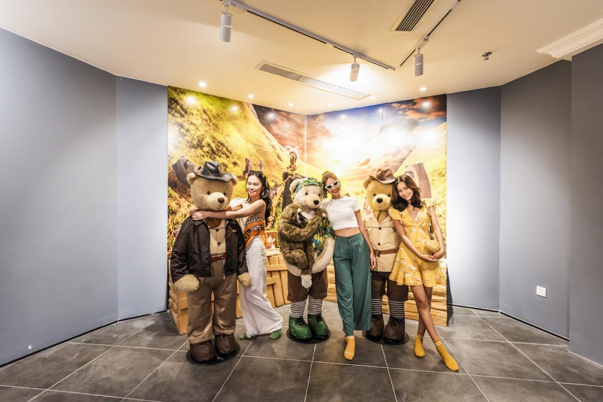 Đến Teddy Bear Museum, tất cả sẽ bước vào chuyến phiêu lưu cùng những chú gấu nổi tiếng từ những vùng đất kì bí trên thế giới tới những địa điểm gần gũi ngay tại Việt Nam.