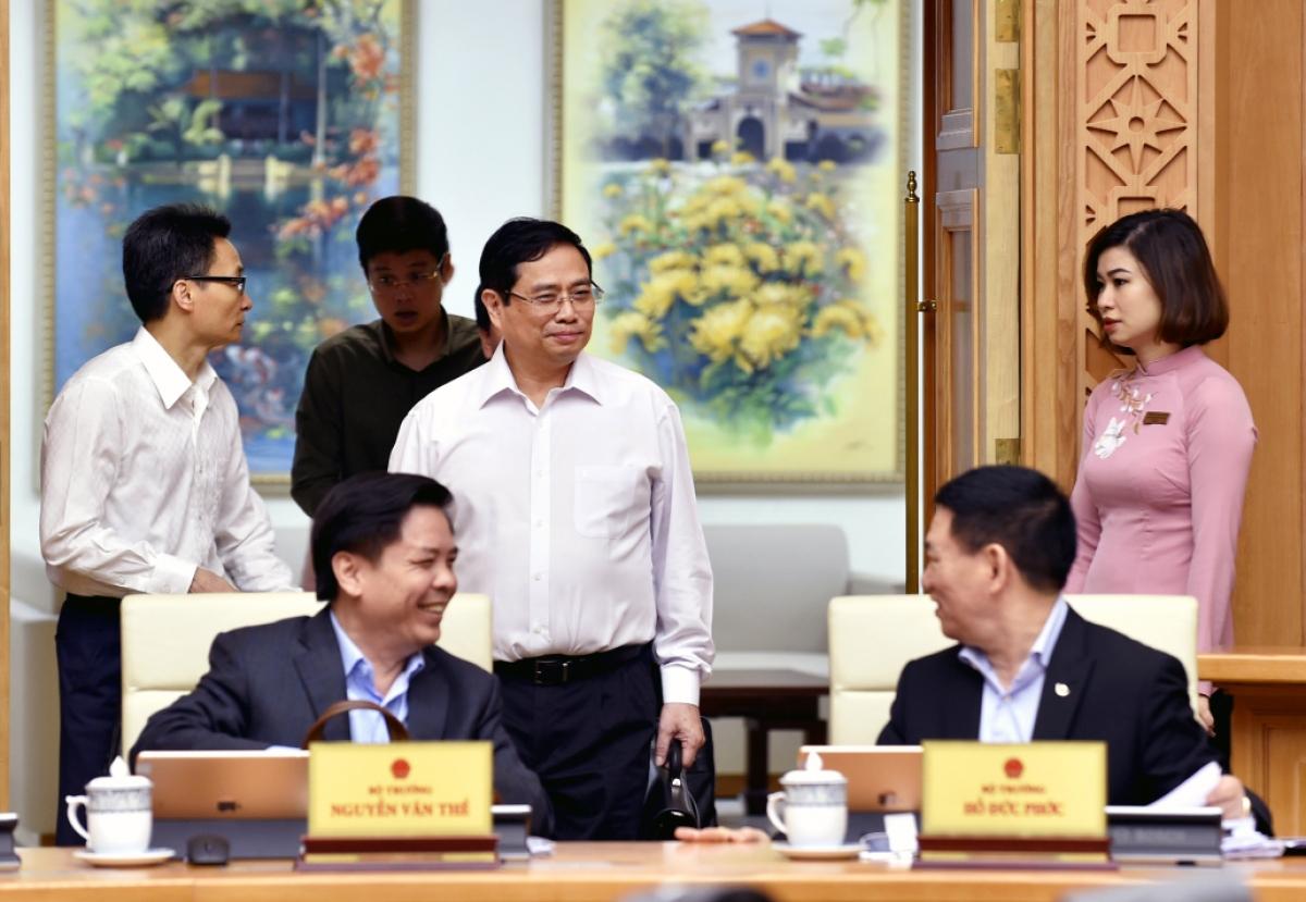 Thủ tướng Phạm Minh Chính trao đổi với các đại biểu tại phiên họp. Ảnh: VGP/Nhật Bắc