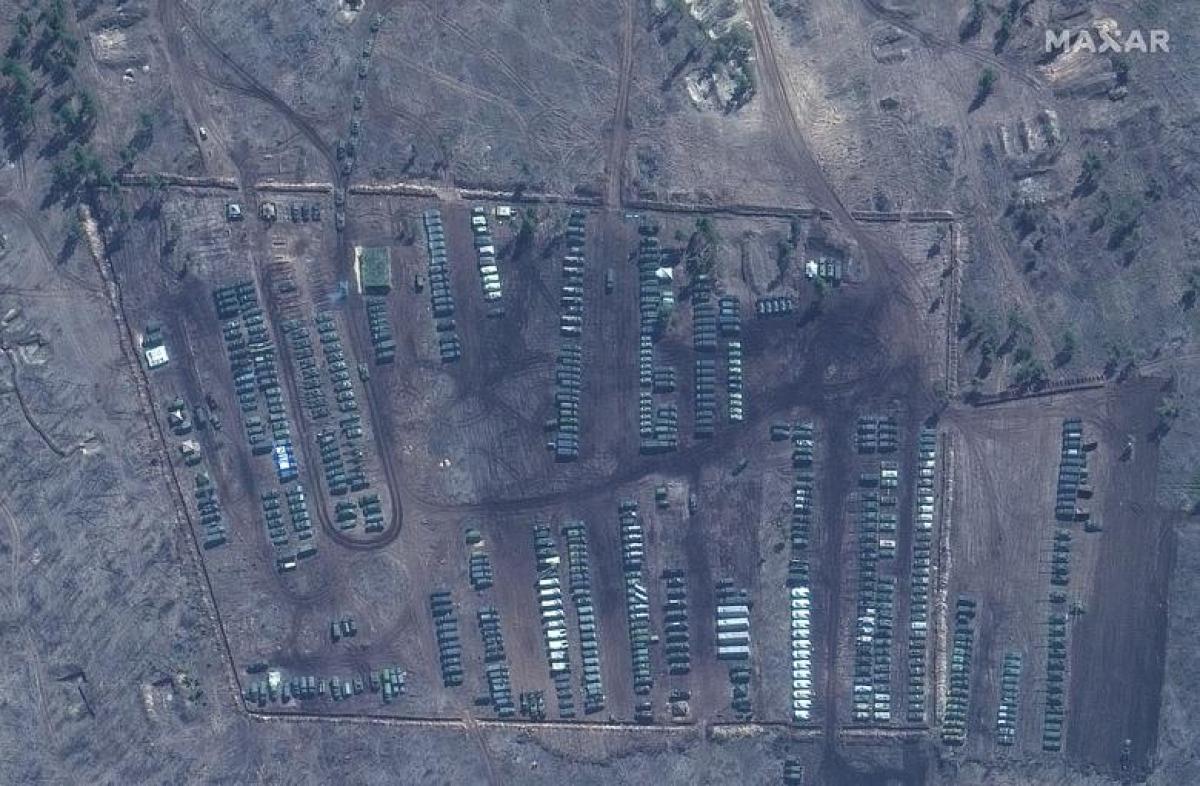 Ảnh vệ tinh về loạt xe tăng và các khí tài khác tại thao trường huấn luyện Pogorovo, gần Voronezh, ngày 10/4.