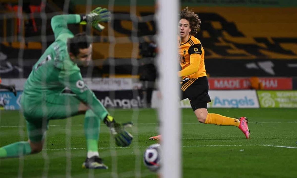 Sang hiệp 2, Wolves tiếp tục rút ngắn tỷ số xuống còn 2-3 nhờ pha làm bàn của Fabio Silva ở phút 68.