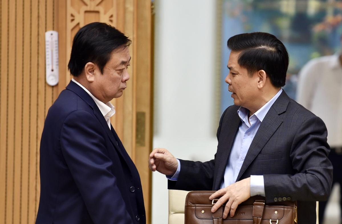 Bộ trưởng Bộ NN&PTNT Lê Minh Hoan trao đổi với Bộ trưởng Bộ GTVT Nguyễn Văn Thể. Ảnh: VGP/Nhật Bắc