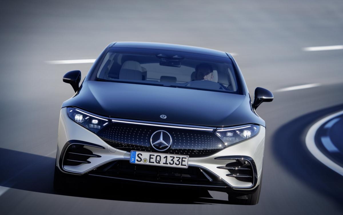 So với mẫu Concept Vision EQS năm 2019 thì chiếc xe có phần kém bắt mắt hơn nhưng thiết kế này sẽ phù hợp với thực tế hơn.EQS chạy trên nền tảng EV chuyên dụng hoàn toàn mới mà chúng ta sẽ thấy nhiều hơn trong nhiều năm tới khi các mẫu xe EV tiếp theođược ra mắt.