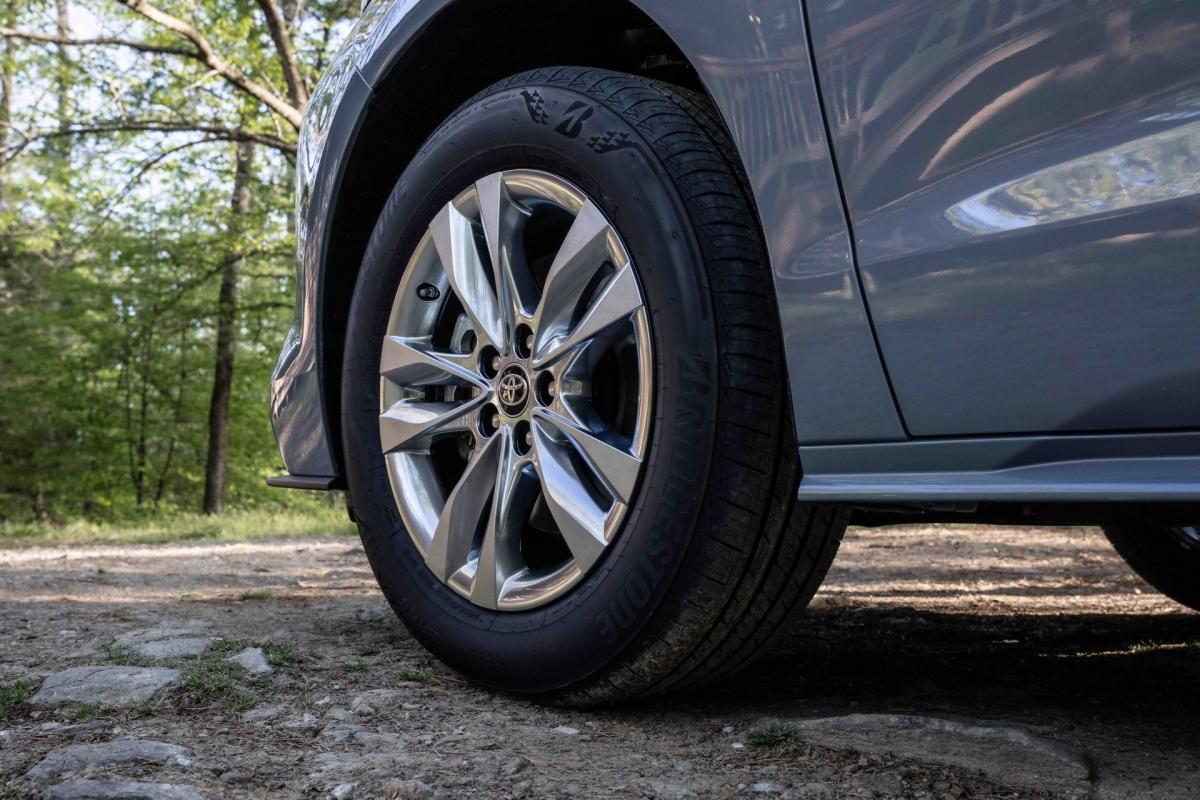 Đặc biệt, Toyota sẽ quyên góp 250 USD (tương đương 5,7 triệu đồng) cho Quỹ giáo dục môi trường Quốc gia (NEEF)/mỗi chiếc Sienna Woodland được bán ra, đảm bảo số tiền quyên góp tối thiểu 250.000 USD (tương đương 5,7 tỷ đồng). Những chiếc xe đầu tiên sẽ cập bến những đại lý tại Mỹ vào mùa thu này.