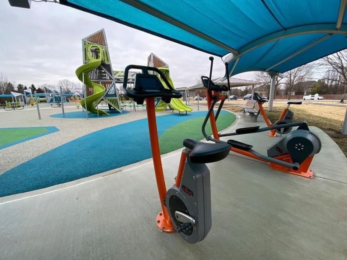 Công viên có dụng cụ tập thể dục thì thấy nhiều rồi, nhưng có mái che mưa nắng thì rất ít nơi cẩn thận như thế này.
