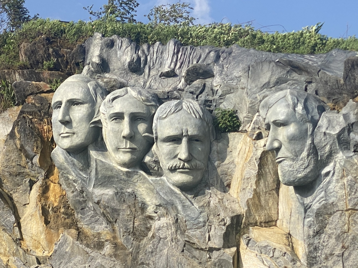 """Phiên bản """"lỗi"""" khác của tác phẩm điêu khắc núi Rushmore của Mỹ (tạc chân dung 4 vị tổng thống Mỹ vào vách núi)."""