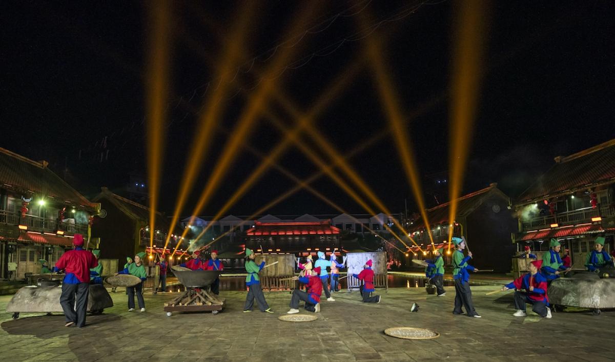 """Đáng chú ý trong 5 kỉ lục vừa được công bố là 2 chương trình nghệ thuật mang tên """"Tinh hoa Việt Nam"""" và """"Sắc màu Venice"""". Trong số này, """"Tinh hoa Việt Nam"""" đạt kỉ lục """"Chương trình nghệ thuật thực cảnh sử dụng công nghệ trình diễn 3D hiện đại tái hiện các điển tích lịch sử truyền thống của Việt Nam nhiều nhất""""."""