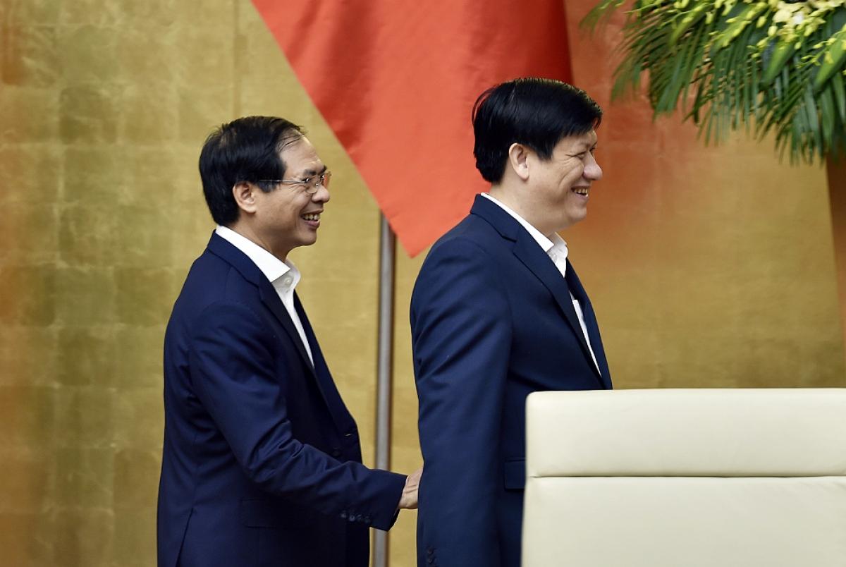 Bộ trưởng Bộ Ngoại giao Bùi Thanh Sơn và Bộ trưởng Bộ Y tế Nguyễn Thanh Long tại phiên họp. Ảnh: VGP/Nhật Bắc