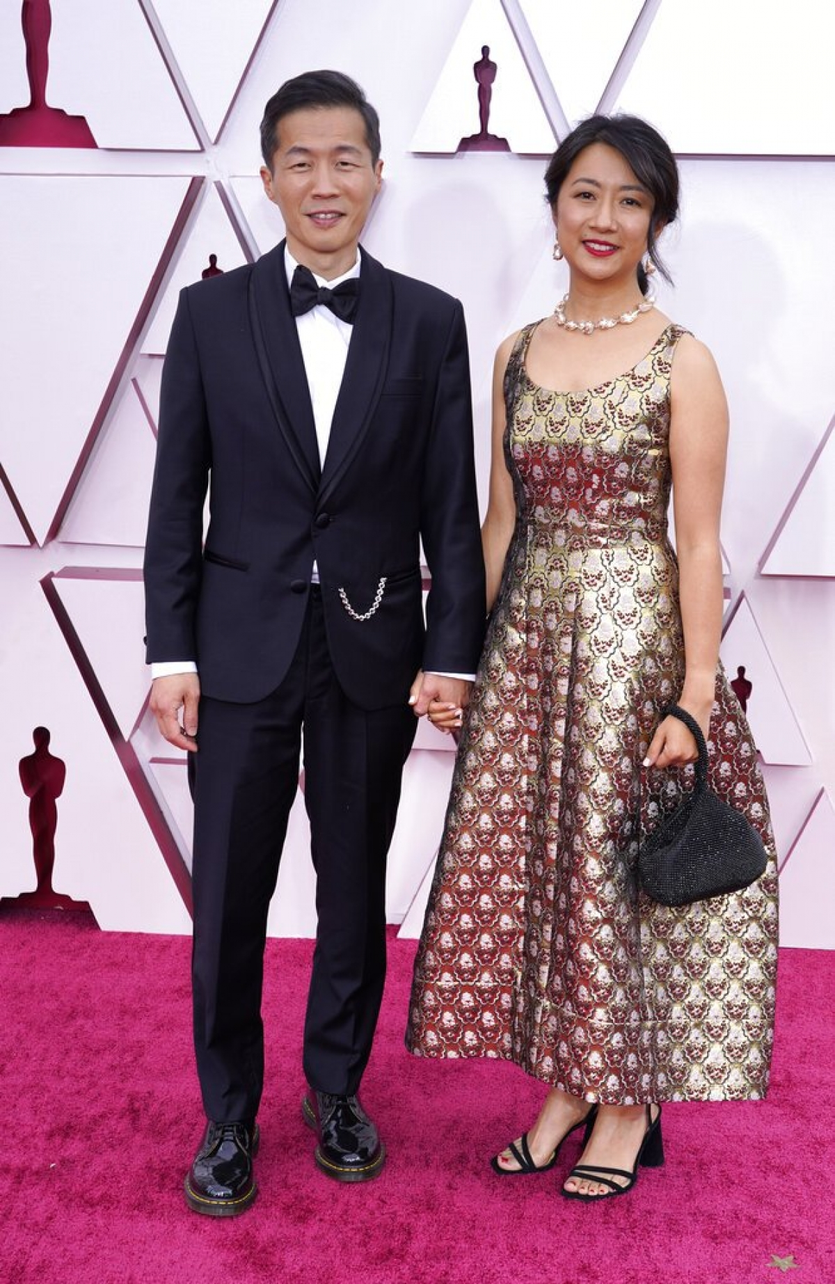 """Đạo diễn """"Minari"""", Lee Isaac Chung được đề cử """"Đạo diễn xuất sắc nhất"""" cho Minari. Sánh đôi cùng nam đạo diễn trên thảm đỏ là người vợ thân yêu."""