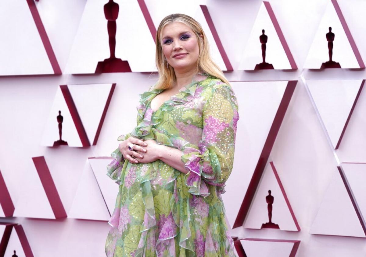 """Đạo diễn Emerald Fennell diện thiết kế váy hoa của Gucci. Tối nay, cô được đề cử cho cả hai hạng mục """"Đạo diễn xuất sắc nhất"""" và """"Kịch bản gốc hay nhất"""" cho bộ phim""""Promising young woman""""."""