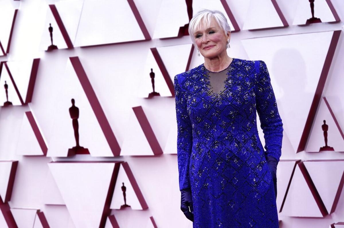 """Ngay lúc này, những ngôi sao đầu tiên đã sải bước trên thảm đỏ. Nữ diễn viên gạo cội Glenn Close xuất diện trong thiết kế Armani Prive với trang sức từ Kwiat và Fred Leighton. Đây là lần thứ 8 Glennđược đề cử Oscar trong sự nghiệp. Năm nay, bà sẽ cạnh tranh ở hạng mục """"Nữ diễn viên phụ xuất sắc nhất"""" với vai diễn trong """"Hillbilly Elegy"""