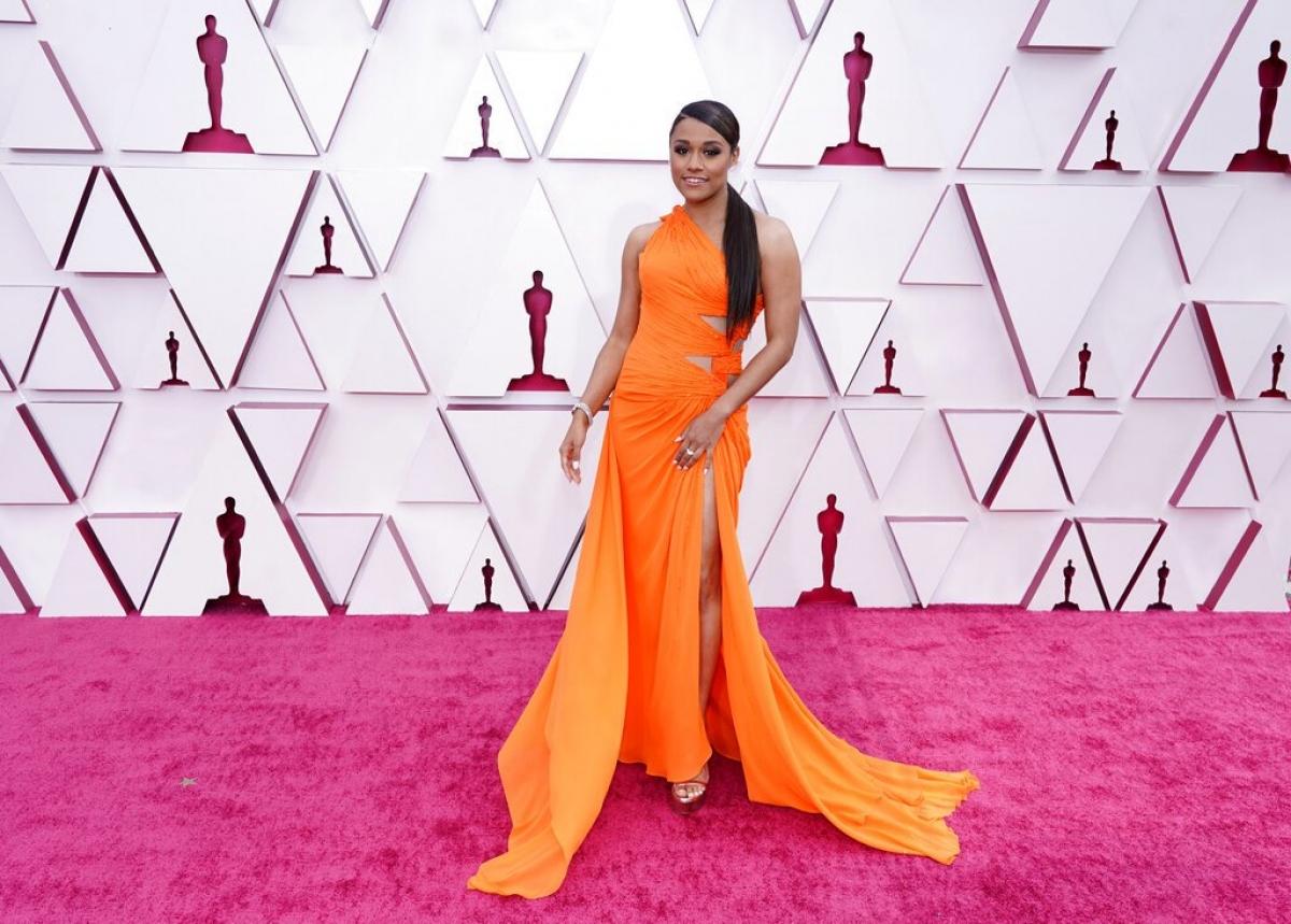 Ariana DeBose xinh đẹp trong thiết kế Atelier Versace Haute Couture, giày Stuart Weitzman và trang sức Harry Winston. Cô là người dẫn chương trình của đài ABC.