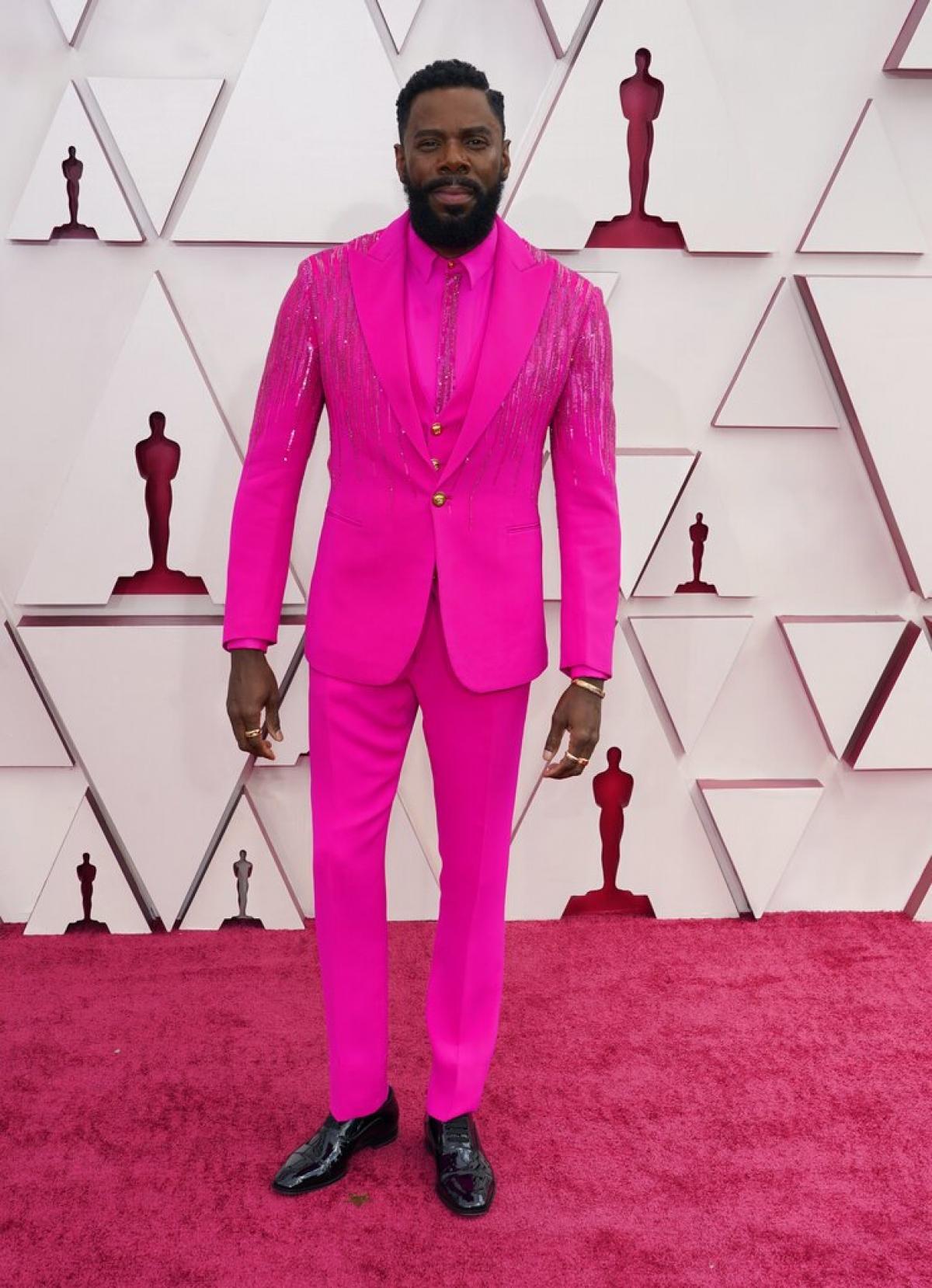 """Nam diễn viên Colman Domingo gây ấn tượng với bộ suit hồng đến từ nhà mốt Versace. Bộ phim """"Ma Rainey's Black Bottom"""" có sự góp mặt của anh đã giành được 5 đề cử Oscar năm nay."""