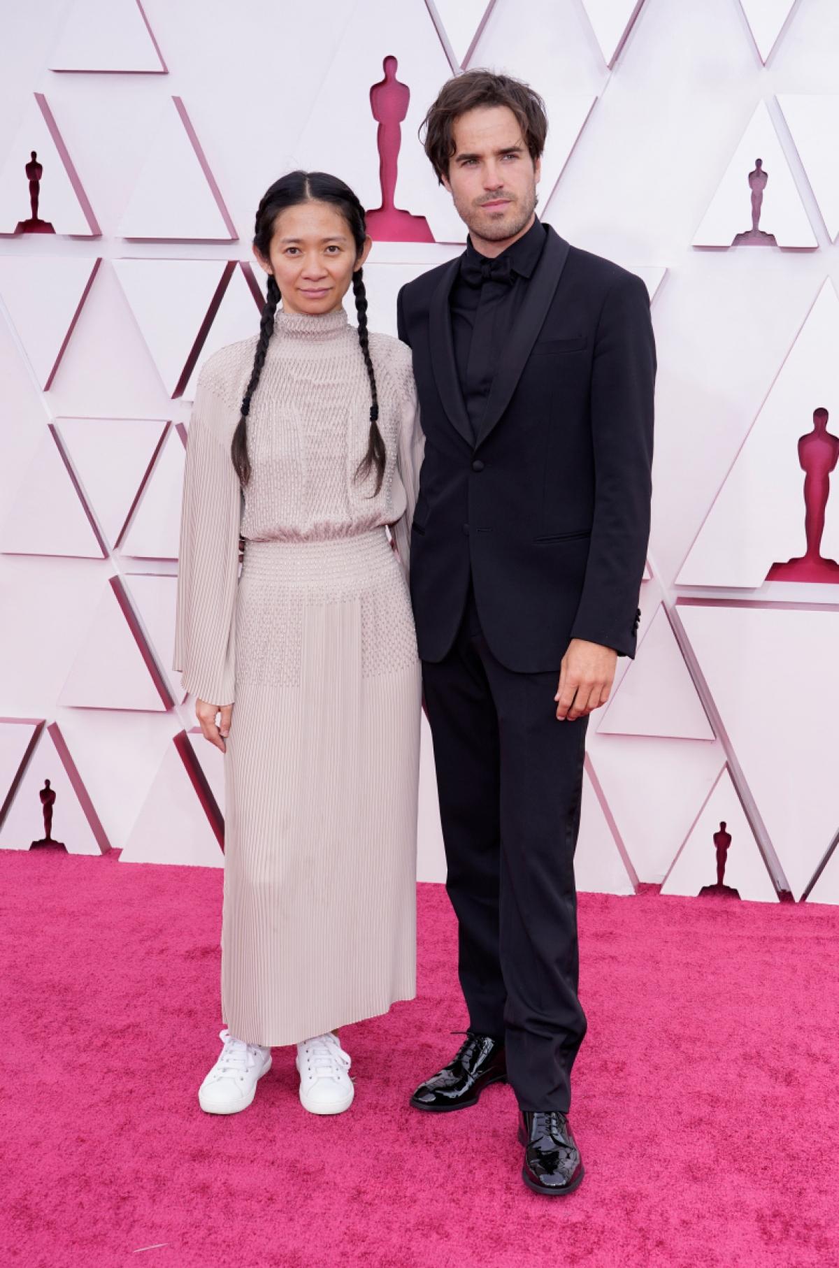 """Nữ đạo diễn Chloé Zhao và nhà quay phim Joshua James Richards dự kiến sẽ mang về rất nhiều giải Oscarcho """"Nomadland"""".Bộ phim """"Nomadland""""đang nhận được 4 đề cử tại giải Oscarcho các hạng mục: """"Phim hay nhất"""", """"Đạo diễn xuất sắc nhất"""", """"Quay phim xuất sắc nhất"""" và """"Kịch bản chuyển thể xuất sắc""""."""