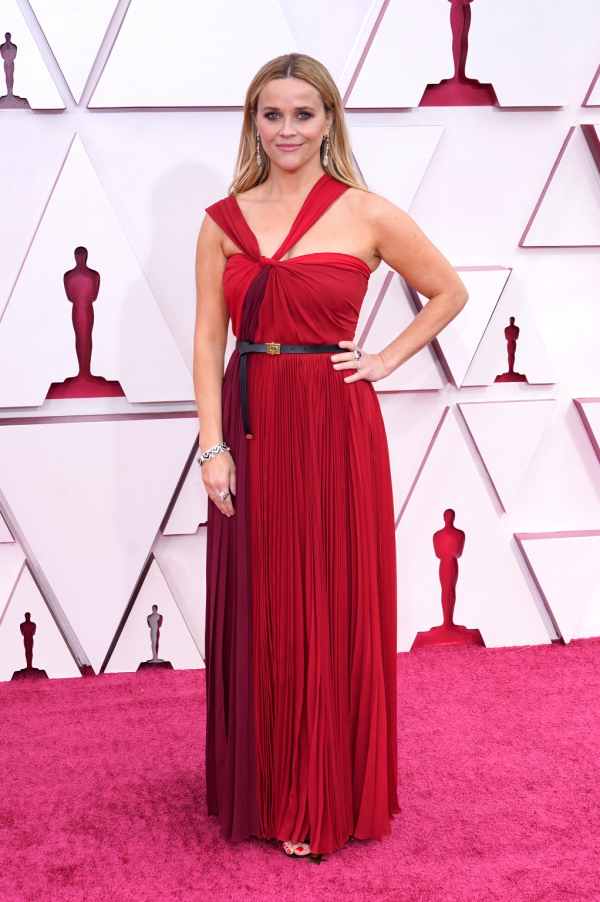"""Reese Witherspoon từnggiành giải Oscar ở hạng mục """"Nữ diễn viên chính xuất sắc nhất"""" năm 2006 khi đóng vai June Carter Cash trong """"Walk the Line"""". Năm nay, nữ diễn viên sẽ là người giới thiệutại chương trình tối nay."""