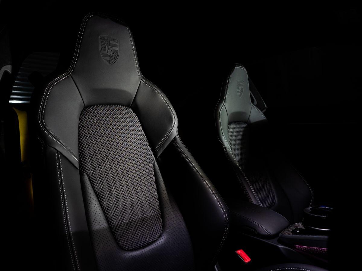 Nội thất sử dụng các nguyên liệu cao cấp và đậm chất thể thao.Màn hình trung tâm PCM có kích thước 10,9 inch được bố trí mới giúp người lái luôn tập trung và thao tác nhanh chóng. Ngoài ra, khoang lái không thể thiếu những yếu tố nổi bật khác bao gồm vô-lăng thể thao GT, gói Sport Chrono tích hợp ứng dụng Chỉ số đường đua của Porsche mới và Hệ thống âm thanh vòm BOSE.