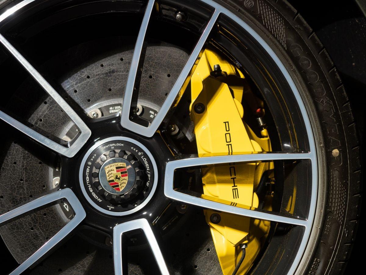 Lần đầu tiên, phiên bản 911 Turbo S truyền lực kéo tới mặt đường qua bộ lốp kết hợp hai kích cỡ khác nhau: Kích thước 20 inch với thông số đặc biệt là 255/35 ở bánh trước và kích thước 21 inch với thông số 315/30 ở bánh sau.