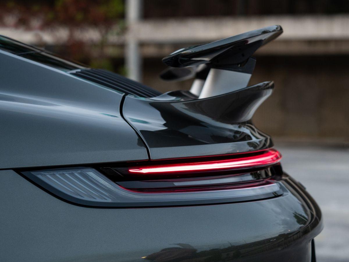 Mô-men xoắn cực đại giờ đây là 800 Nm (tăng 50 Nm). Hộp số tự động 8 cấp ly hợp kép của Porsche (PDK) dành riêng cho phiên bản Turbo giúp rút ngắn thời gian tăng tốc từ 0 đến 100 km/h xuống còn 2,7 giây (nhanh hơn 0,2 giây), trong khi tốc độ tối đa không thay đổi đạt 330 km/giờ.