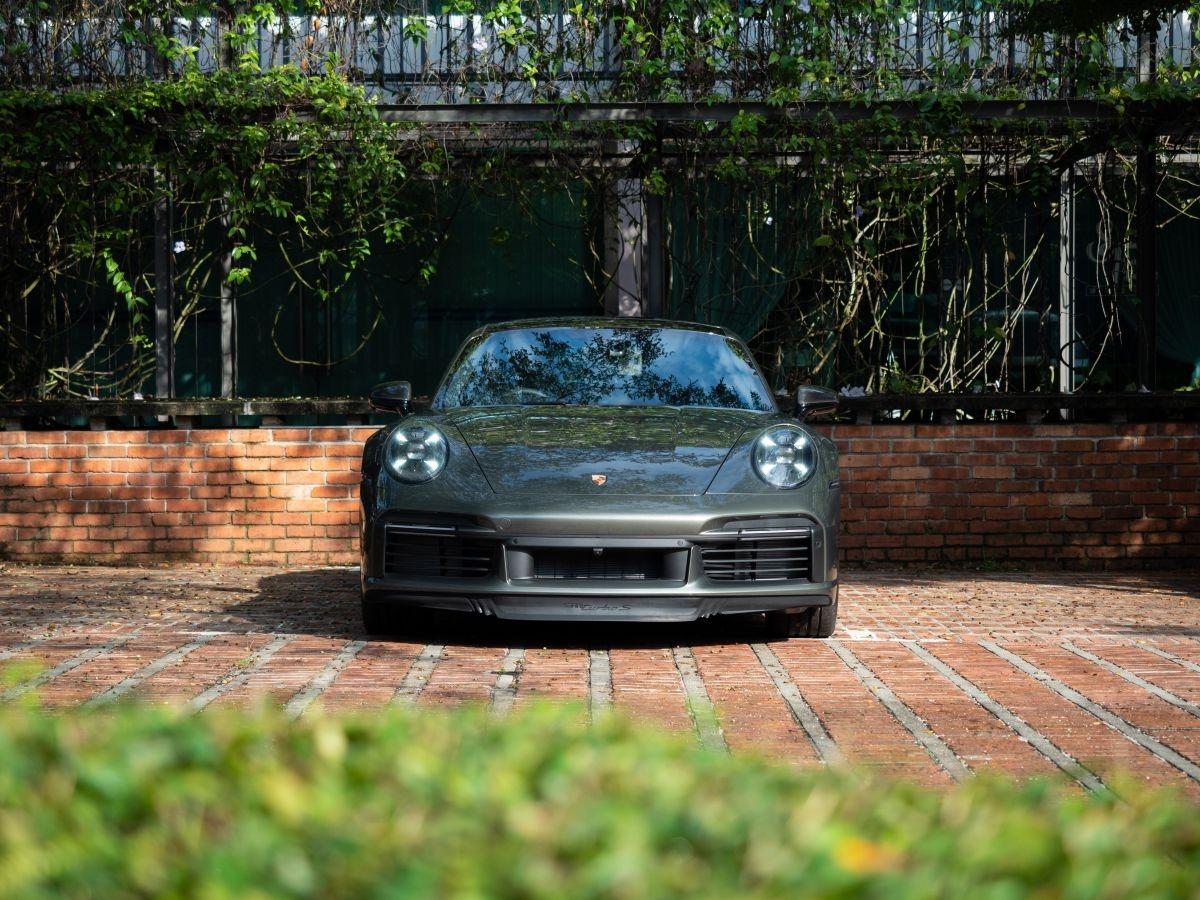 Giống với thị trường Việt Nam, giá bán trên của Porsche 911 Turbo S chưa bao gồm giá của các tùy chọn. Tại Việt Nam, mẫu xe này có giá ở mức khởi điểm từ 15,33 tỷ đồng.
