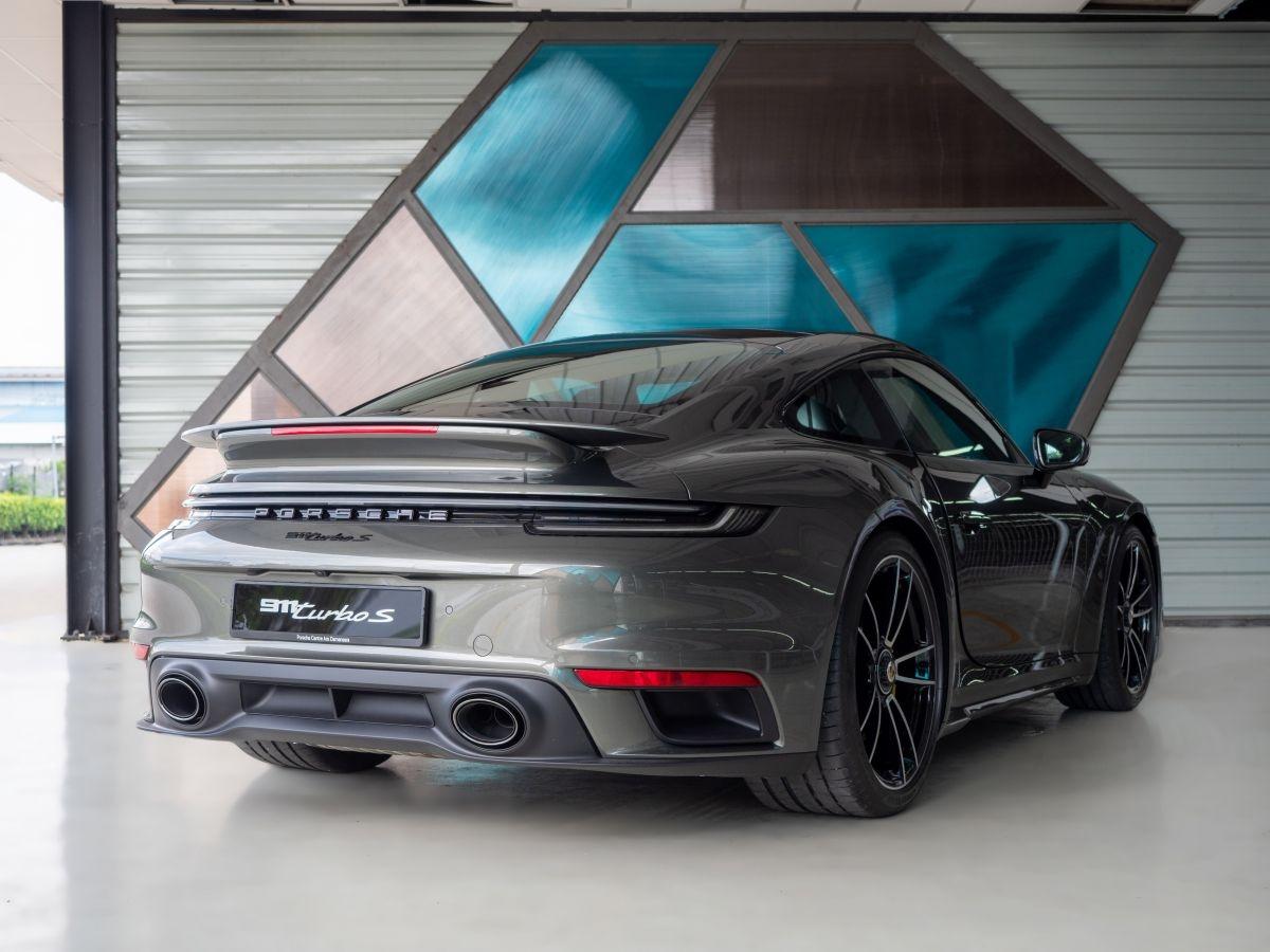Theo Porsche, 911 Turbo S thế hệ mới 992 là bản xe 911 mạnh mẽ nhất từng được giới thiệu cho đến thời điểm hiện tại. Cả hai biến thể Coupe và Cabriolet đều được trang bị động cơ boxer 3.8 lít mới với hai bộ tăng áp VTG, sản sinh công suất 478 kW (650 PS), tăng 51 kW (70 PS) so với phiên bản tiền nhiệm.