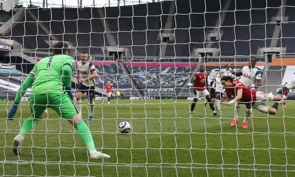 Edinson Cavani nâng tỷ số lên 2-1 ở phút 79.