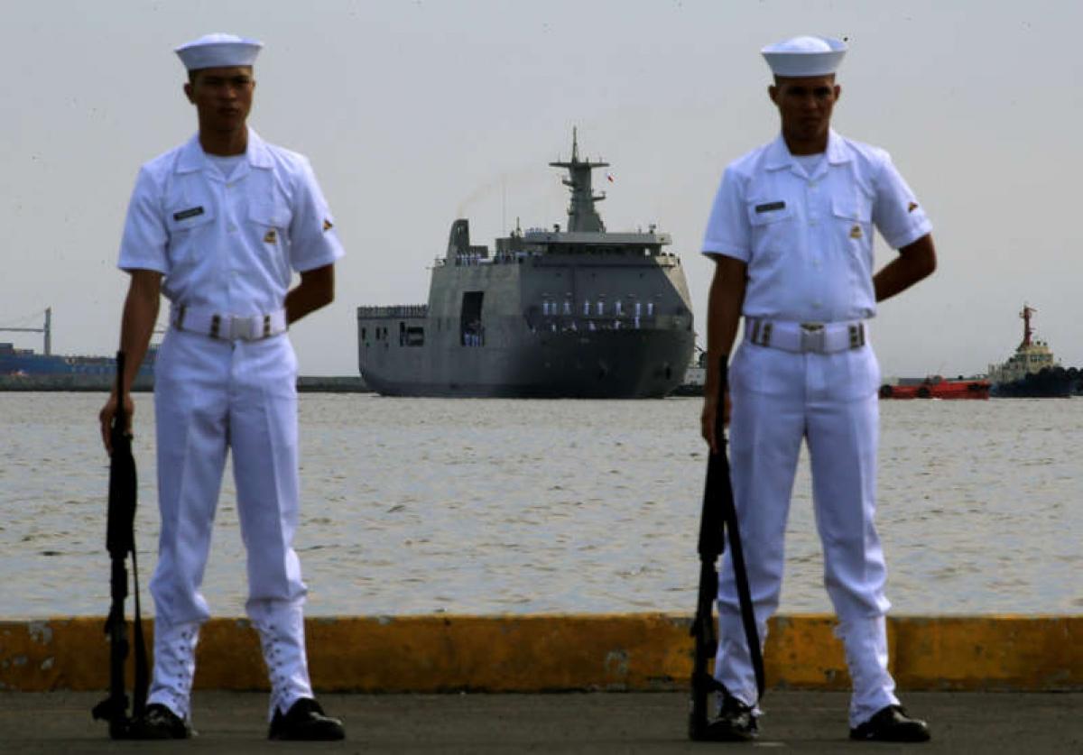 Hải quân Philippines đứng gác ở Bến tàu số 13 thuộc Cảng Nam Manila. Ảnh: Reuters