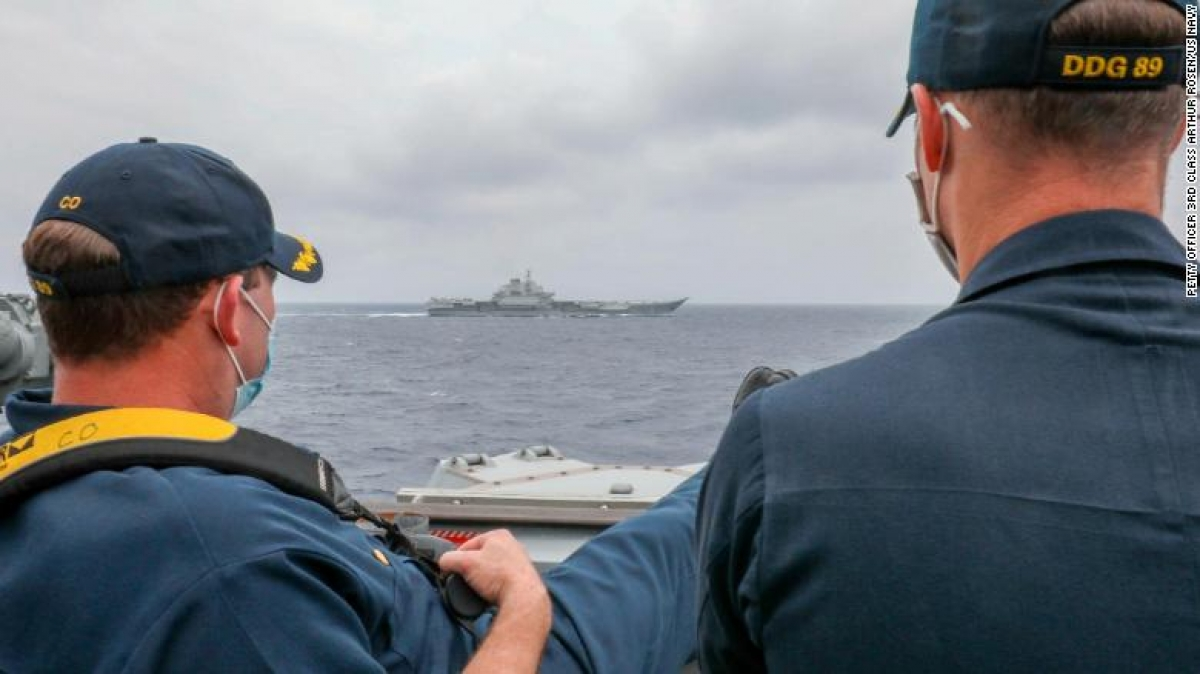 Chỉ huy tàu Robert J Briggs và Phó Chỉ huy tàu Richard D Slye đang theo dõi tàu Liêu Ninh của Trung Quốc, chỉ cách tàu của Mỹ vài nghìn mét. Ảnh: CNN