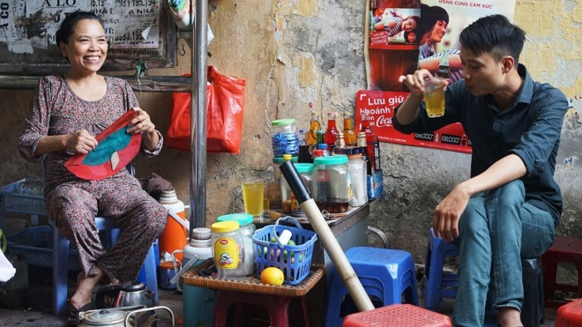 From early morning until late night,sidewalk iced tea is a part of the people's daily life. (Photo: Ngoc Vu)